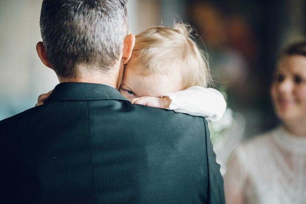 Faren til bruden holder datteren hennes. Bryllup på Rådhuset.