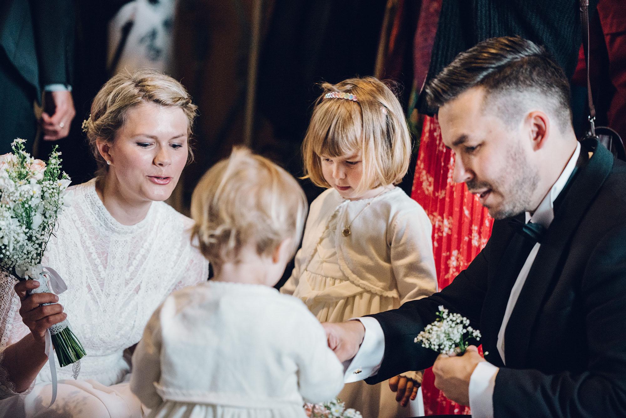 Brudeparet sammen med barna sine. De gifter seg på rådhuset i Oslo.
