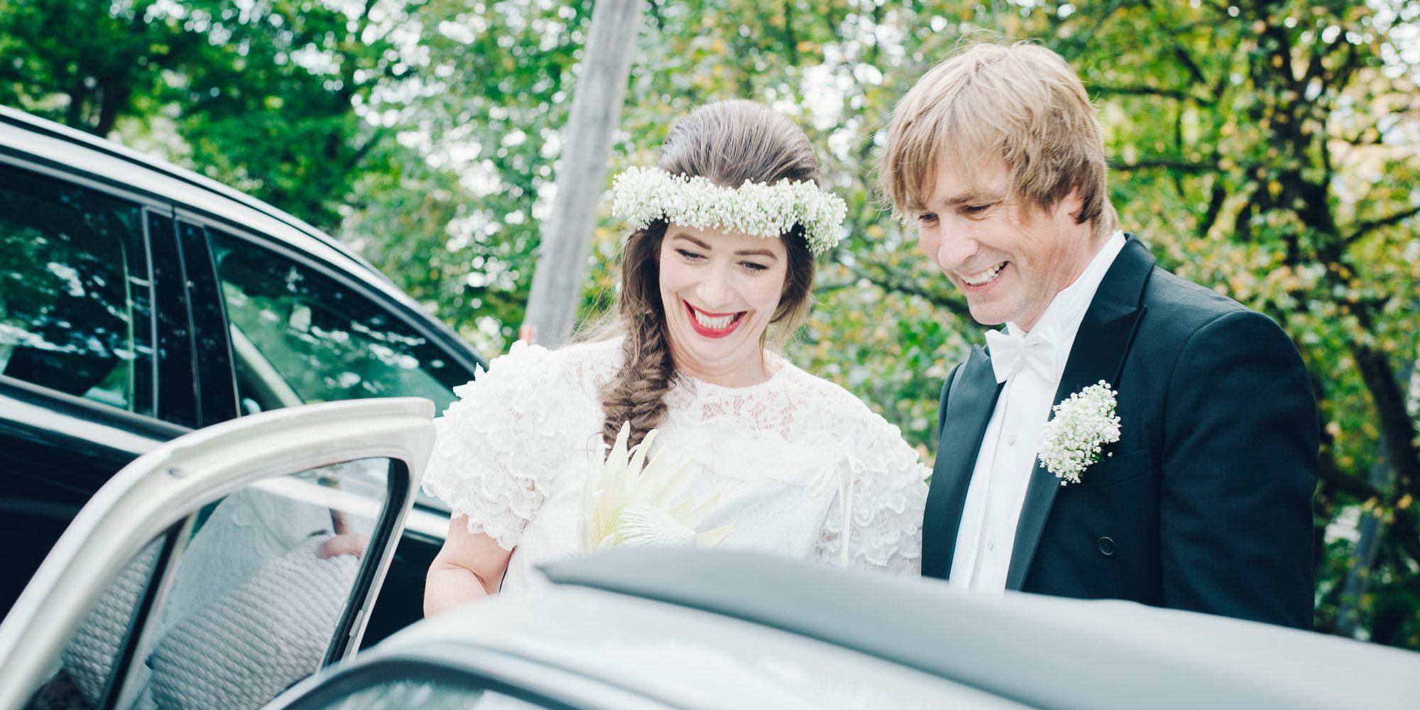 Hanna og Tom Erling har giftet seg. De er på vei inn i den hvite veteranbilen. Hanna har blomster i håret.