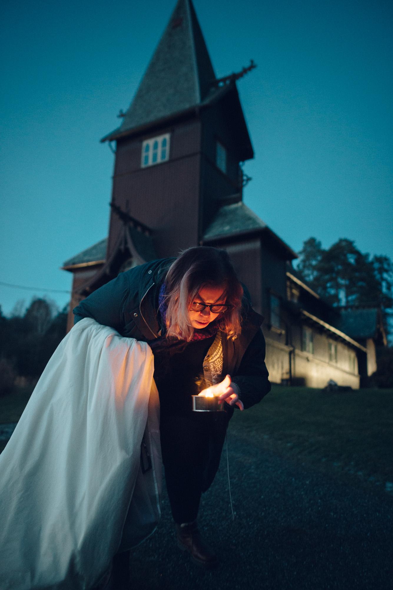 Dagens siste oppgave: blåse ut lysene som ble satt opp av brudgommens forlover.