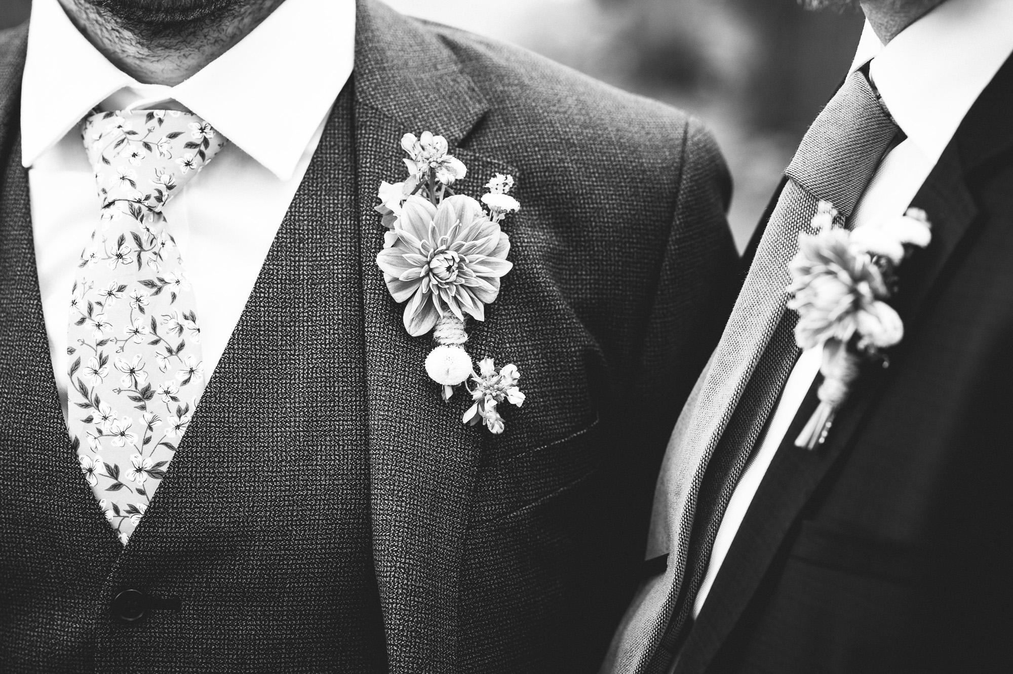 Nærbilde av brudgommens og forloverens dress.