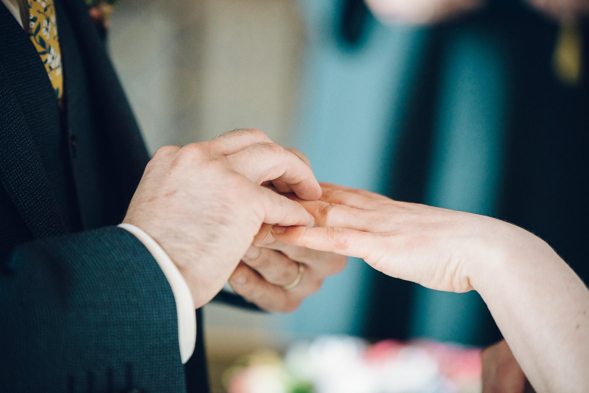 Brudgommen tar ringen på fingeren til bruden.